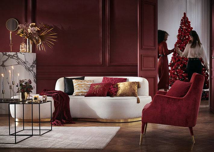 красный цвет рождественского декора с золотистыми элементами фото