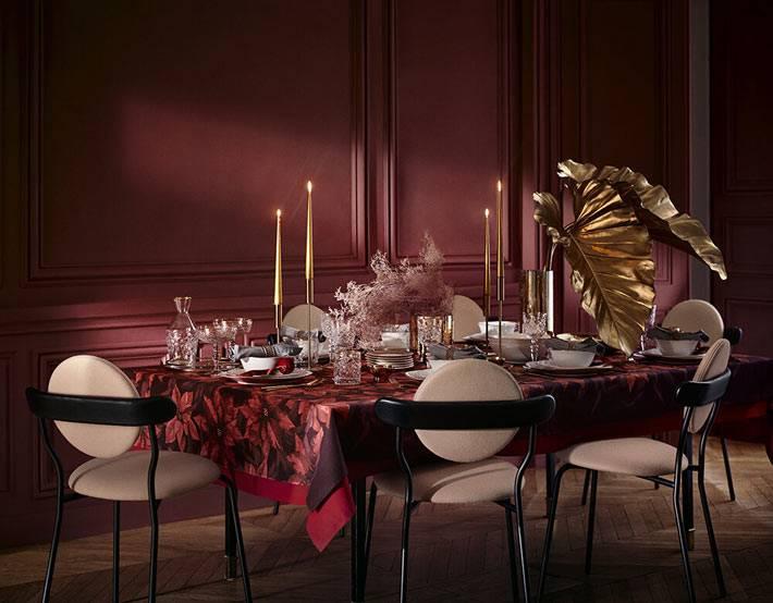 новогодняя сервировка стола в красном цвете с золотыми подсвечниками
