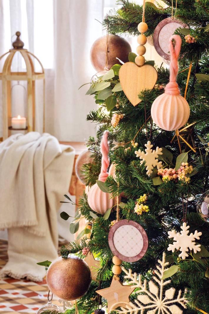 деревянные игрушки на живой елке, снежинки и подвески