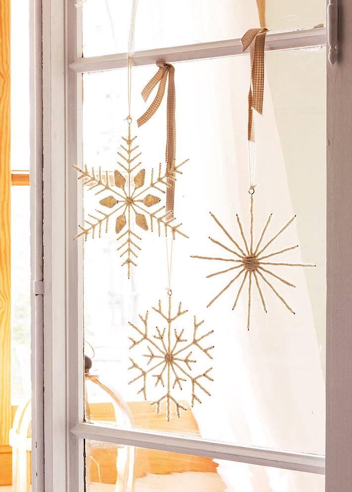 самодельные снежинки на ленточках на окнах фото