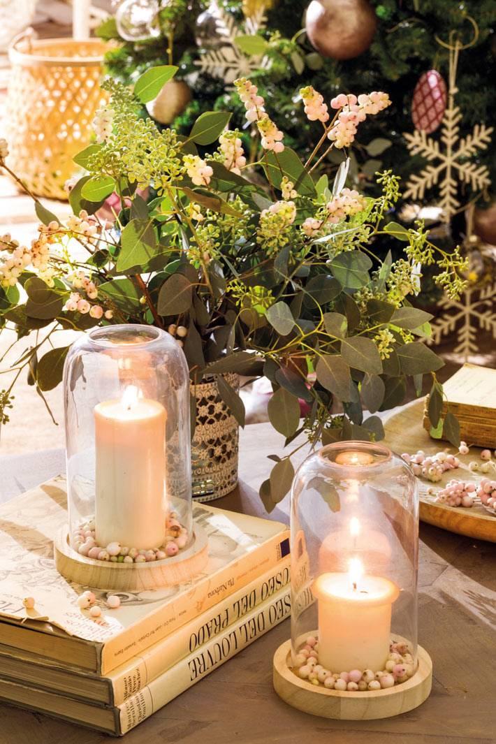 уютные новогодние мелочи - свечи под колпаком, свежая зелень