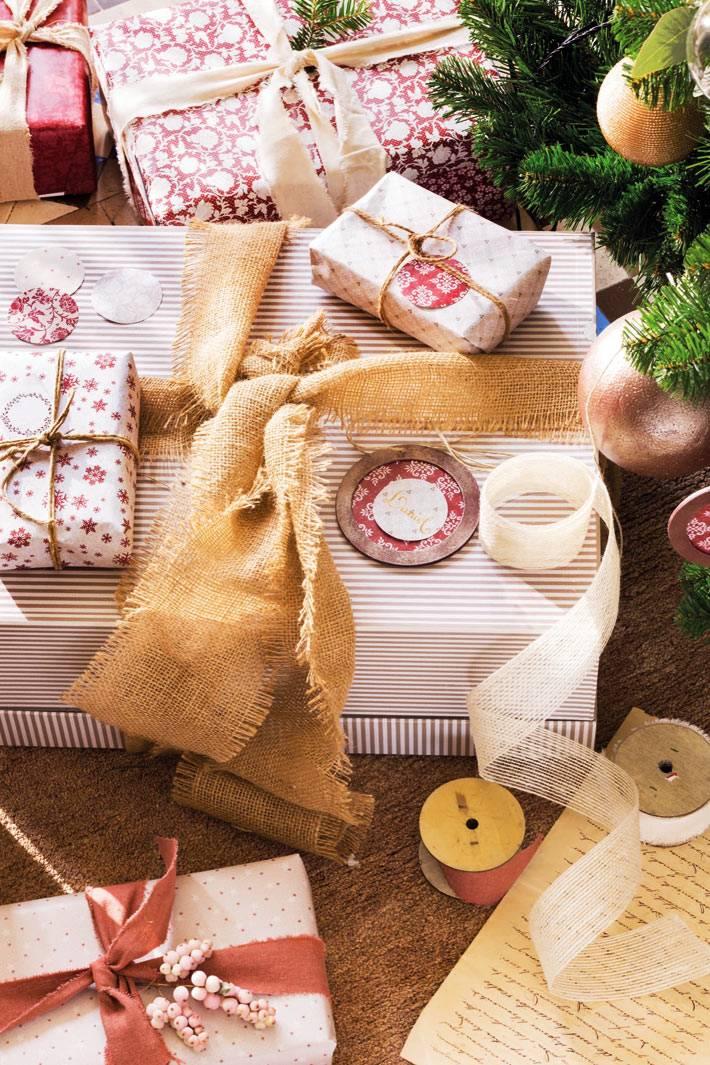 подарки, упакованные в праздничную бумагу и перевязаны бечевкой