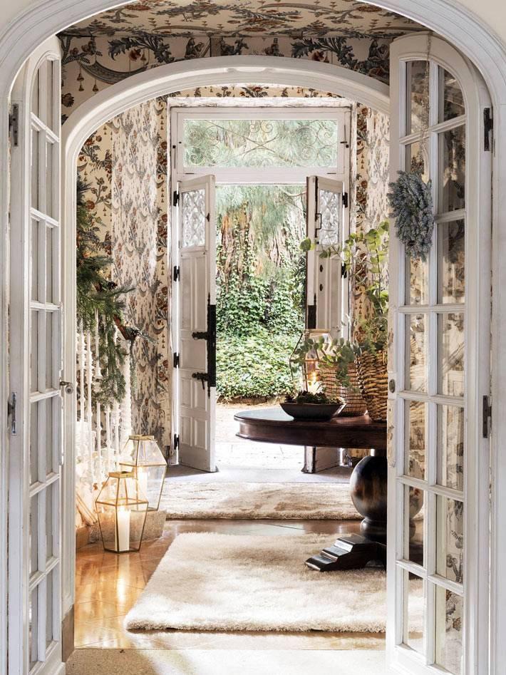 белые арочные дверные проёмы в красивом интерьере дома