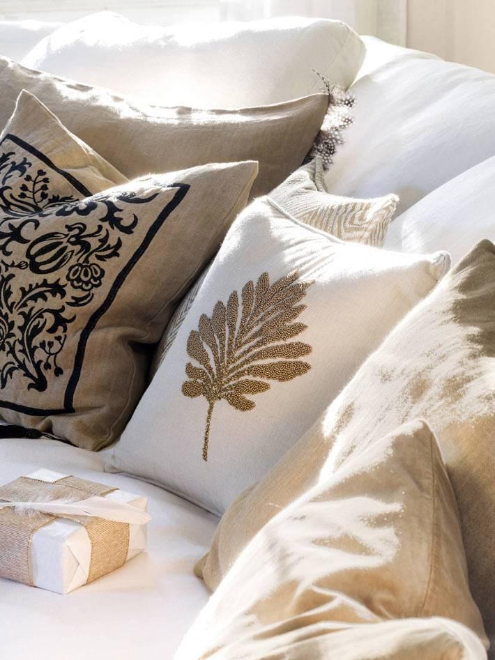 диванные подушки в белых и бежевых расцветках в доме