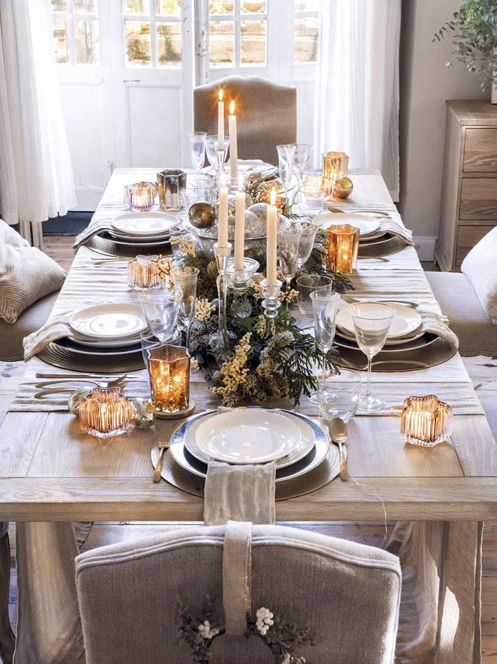 деревянный новогодний стол со свечами и подсвечниками