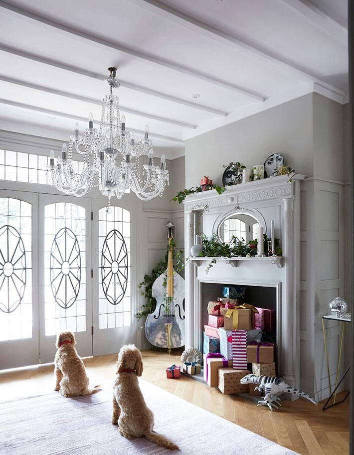 красивая хрустальная люстра в сером интерьере прихожей в доме фото