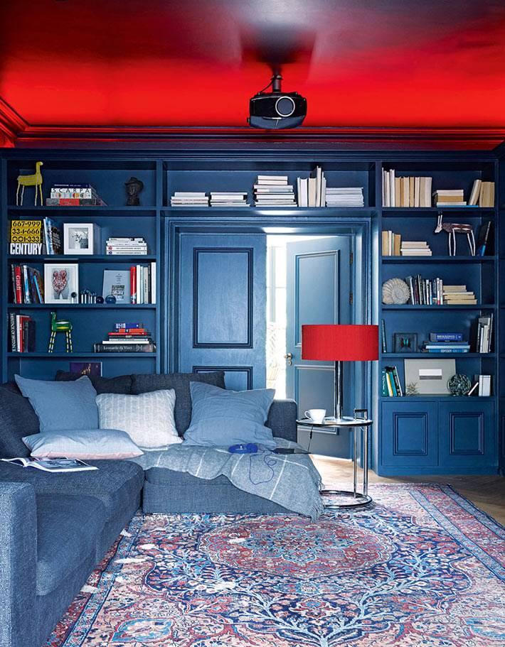 домашняя библиотека и кинозал с проектором в одном помещении