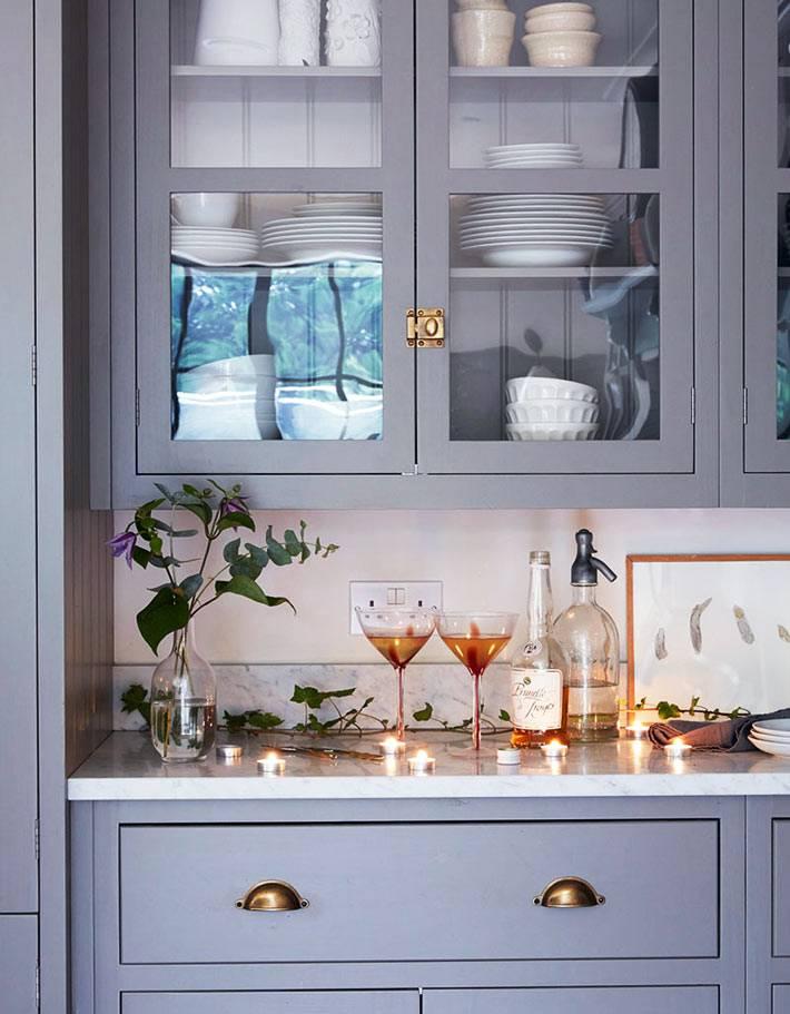 кухонныё шкафы-антресоли со стеклянными дверцами в деревянной оправе