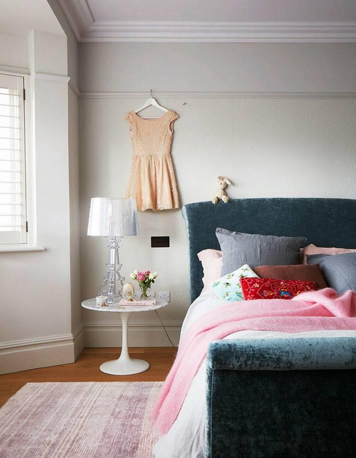 платье на стене как элемент декора в спальне фото