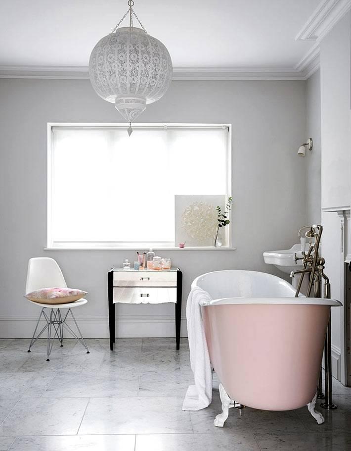 минимализм в ванной - розовая ванна и окно без штор