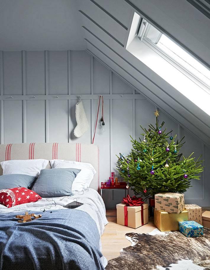 подарки под красивой пушистой ёлкой в спальне фото