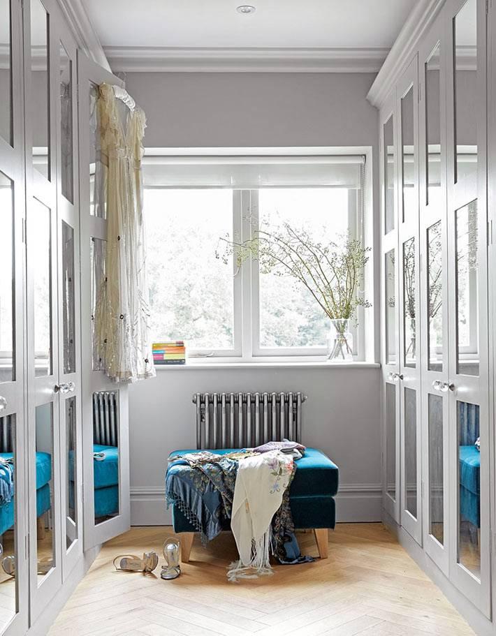 узкая гардеробная с окном и зеркальными шкафами фото