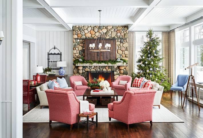 уютная новогодняя гостиная с камином и розовыми креслами фото