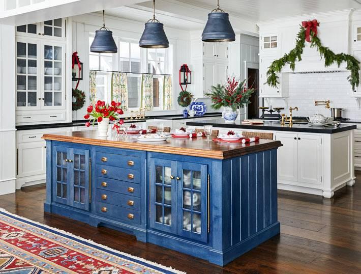 два отдельных острова разных цветов на кухне фото