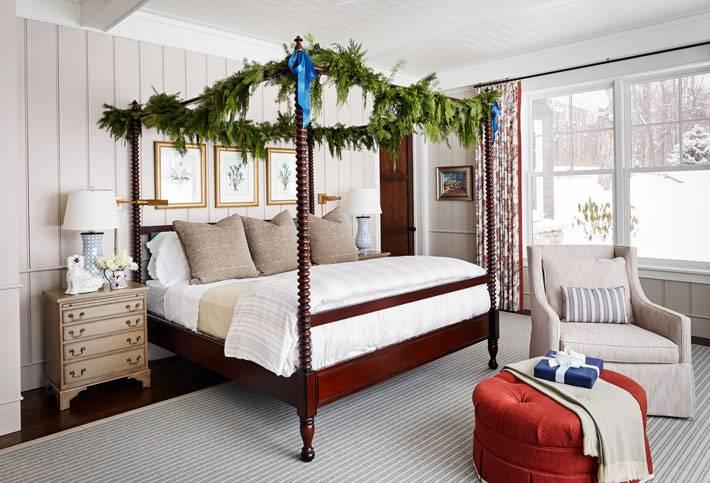 балдахин над кроватью украшен живой хвойной гирляндой