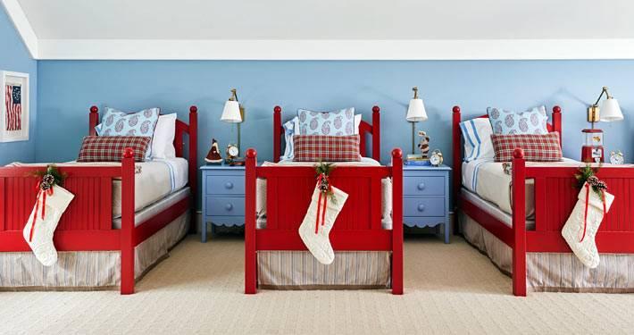 детская комната для троих детей, рождественские носки для подарков