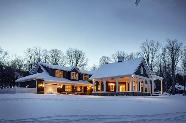 зимння сказка - частный дом с подсветкой в снегу