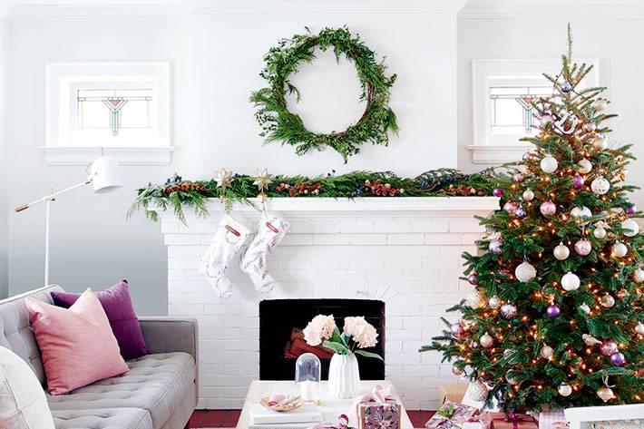душевная новогодняя атмосфера в доме с камином