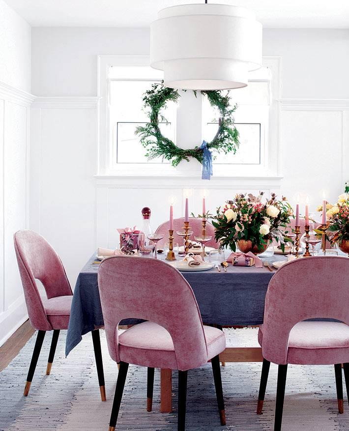 кресла пыльно розового цвета за новогодним столом фото
