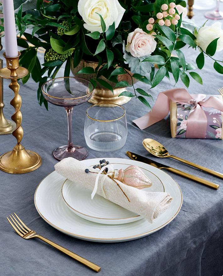 красивая новогодняя подача блюд, золотые приборы на столе