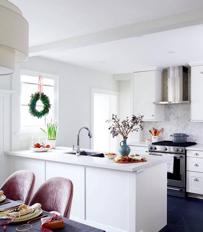 новогодний венок на окне в белом интерьере кухни