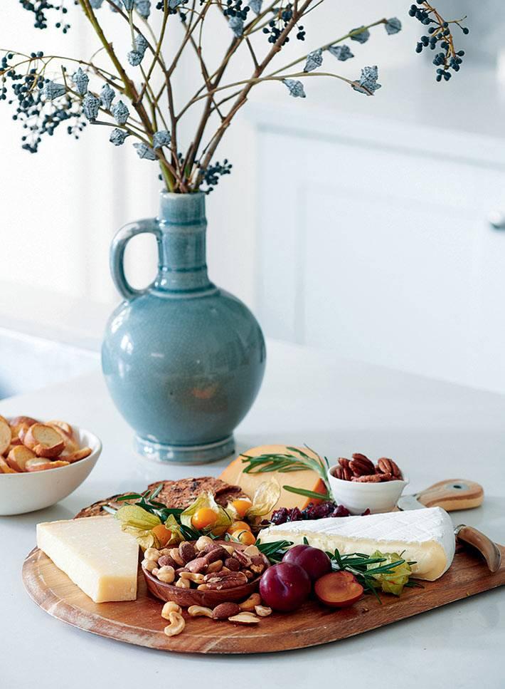 сырная тарелка с фруктами и орехами фото