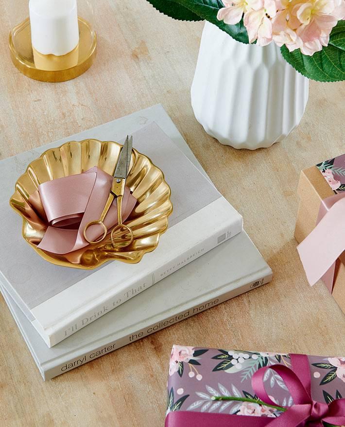 красивые золотистые аксессуары для дома, белая ваза для цветов