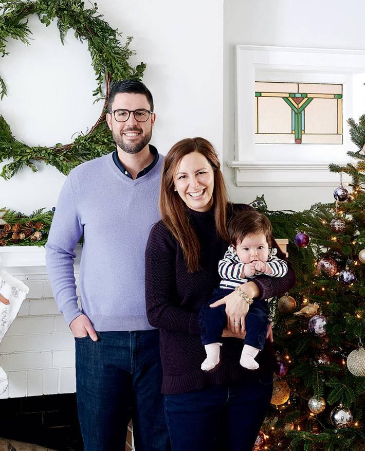 семейный новогодний интерьер, еловый венок на стене