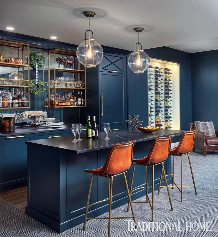 домашний бар с синей мебелью и барными стульями