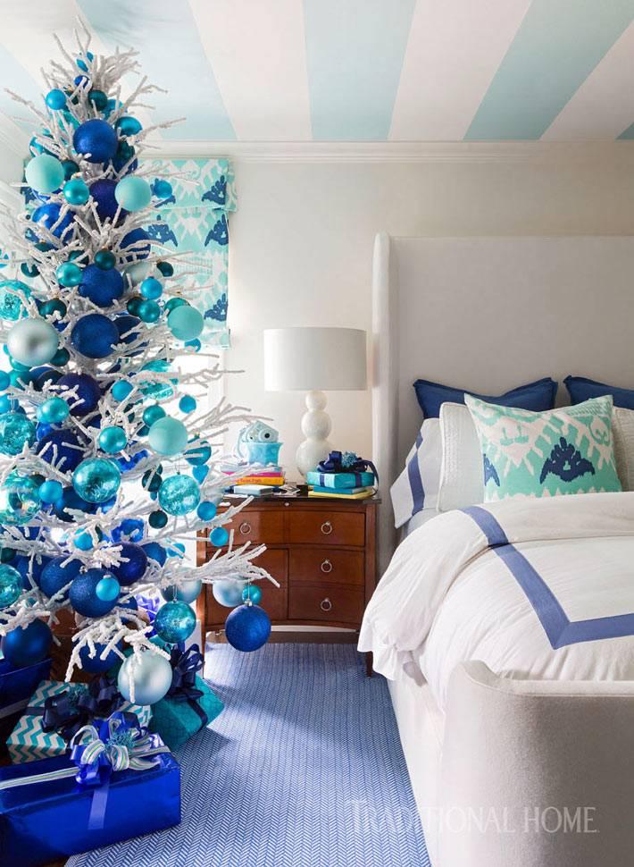 новогодняя ёлка с синими и голубыми шарами в интерьере спальни