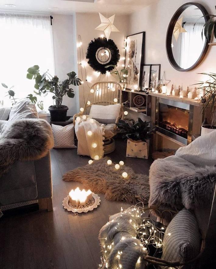 много новогоднего декора в одной маленькой комнате
