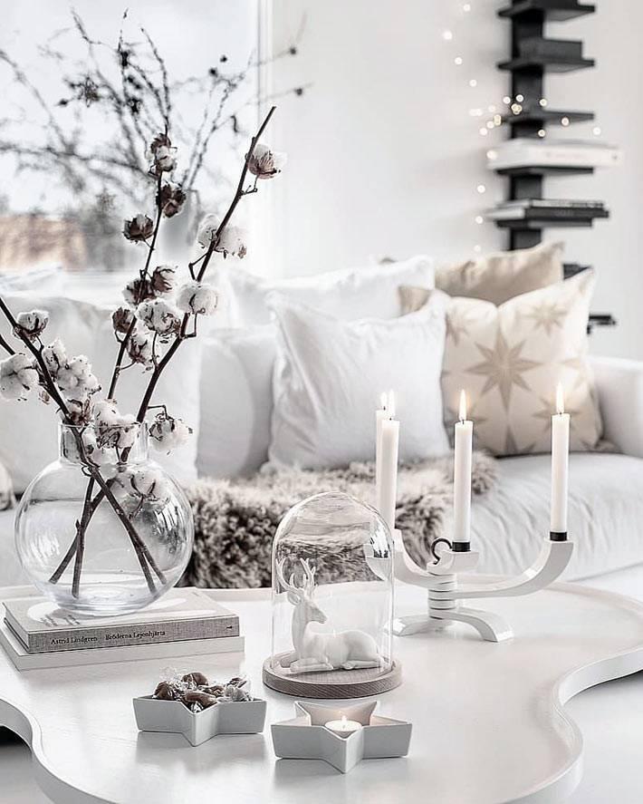 белый новогодний декор, ветки хлопка и белый олень