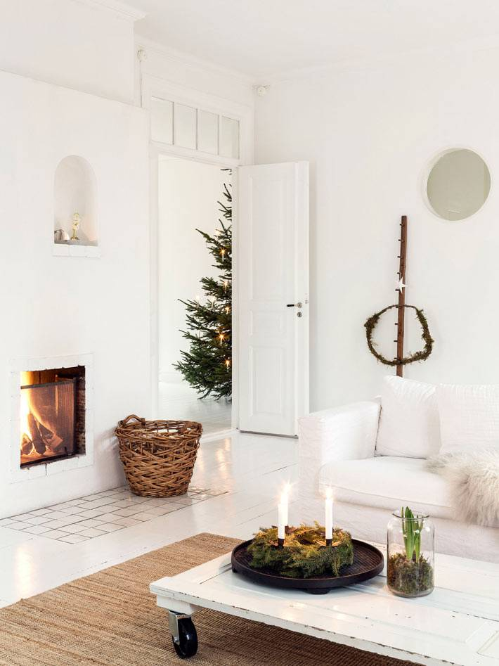 плетеная корзина для поленьев, камин в гостиной комнате