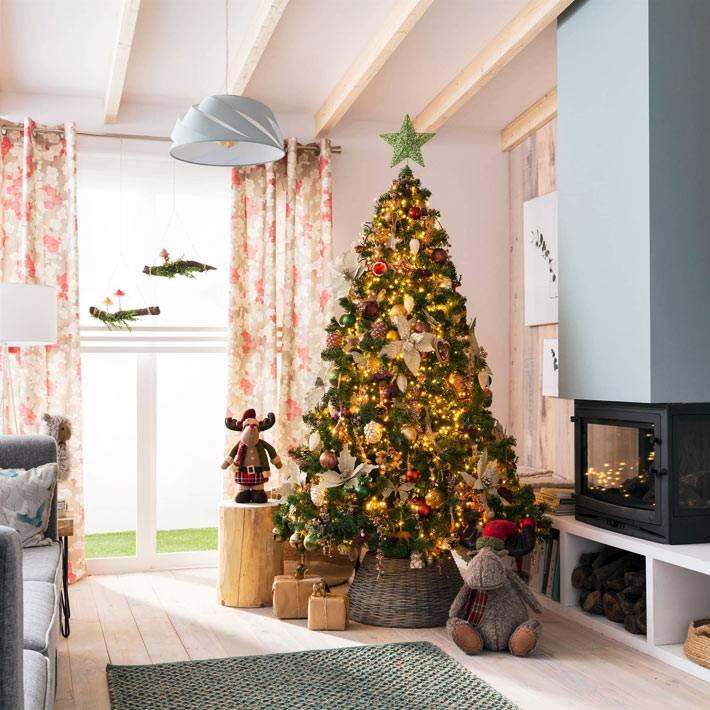 натуральные игрушки и шишки на большой ёлке дома