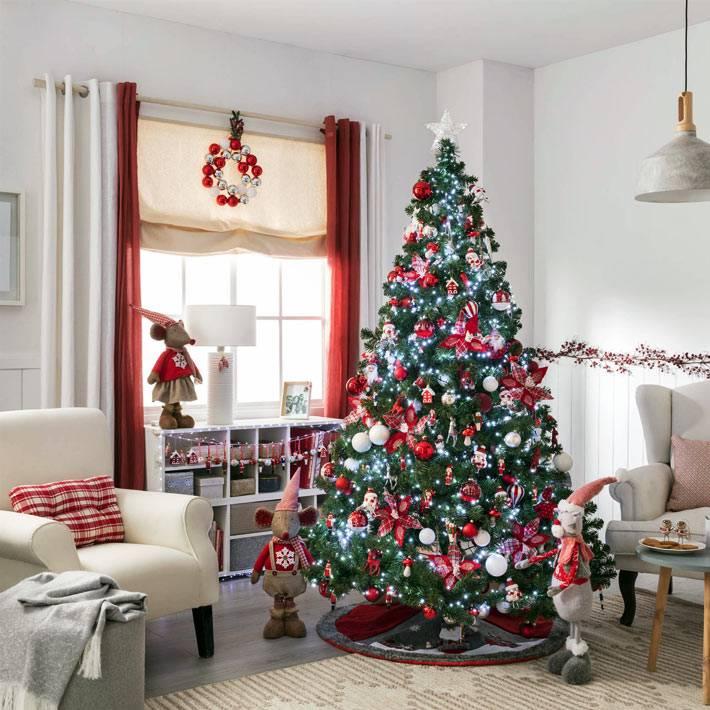 современное рождество с большой красивой искусственной ёлкой