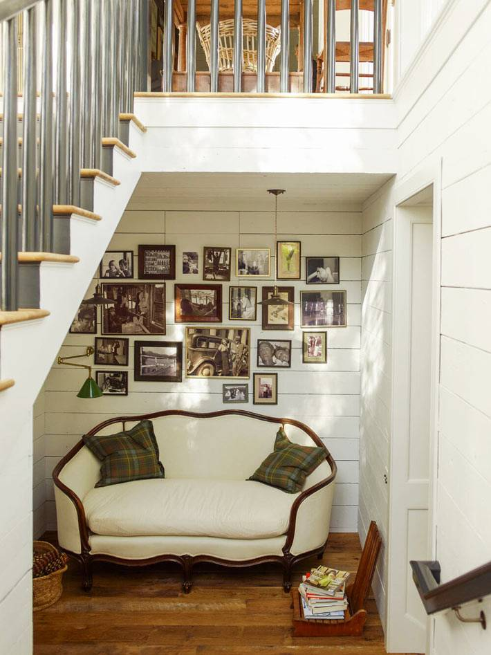белый диванчик в викторианском силе под лестницей