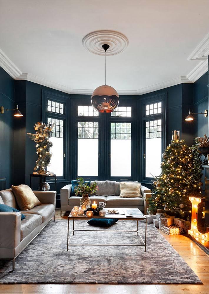 гостиная с эркером и темными стенами, ёлка в дома фото