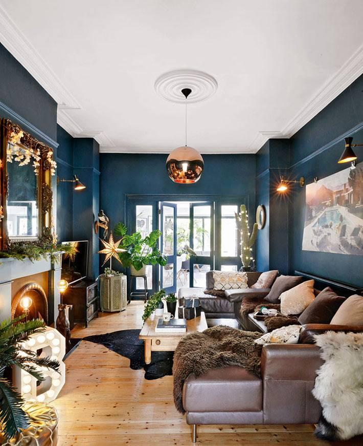 красиво оформленная гостиная в доме к новогодним праздникам