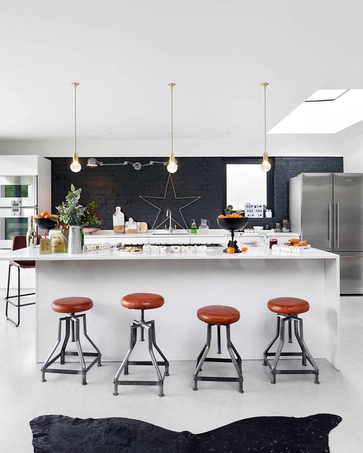минималистичная черно-белая кухня с новогодним декором