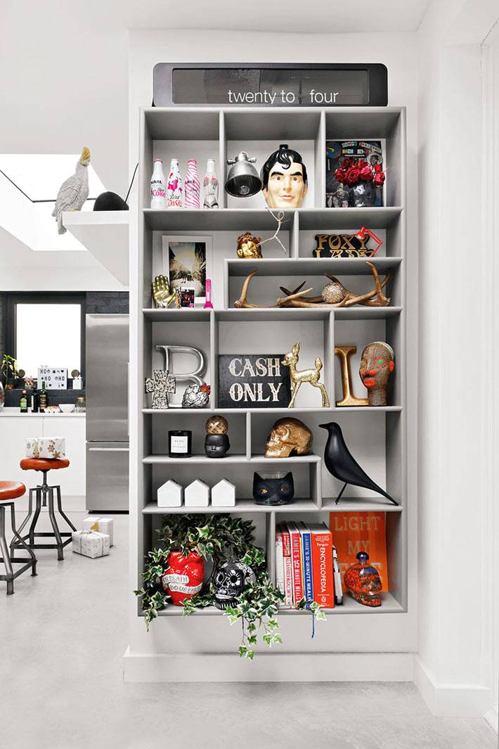 встроенный серый шкаф с ассиметричными полками для разных мелочей