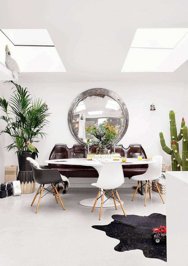 новогодняя атмосфера в столовой, кактусы украшенные гирляндами