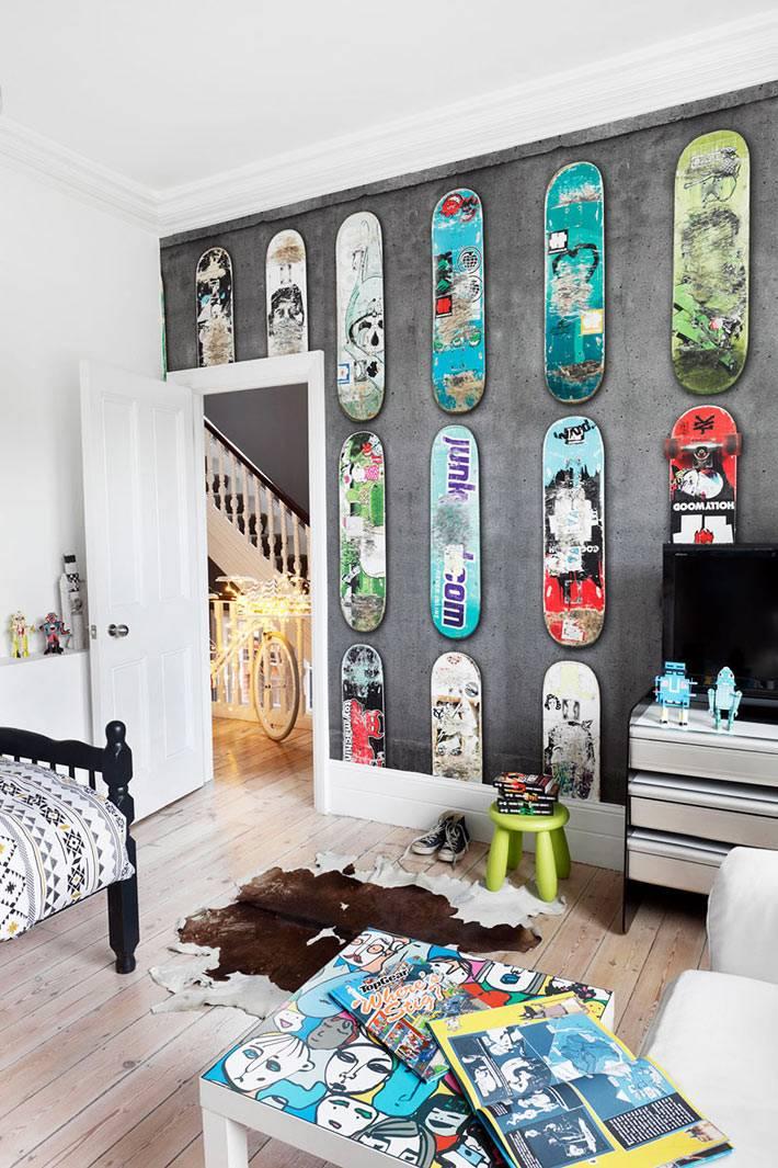 коллекция скейтбордов на стене в детской комнате фото