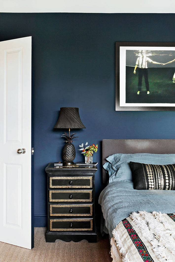 черная настольная лампа в виде ананаса, спальня с синими стенами
