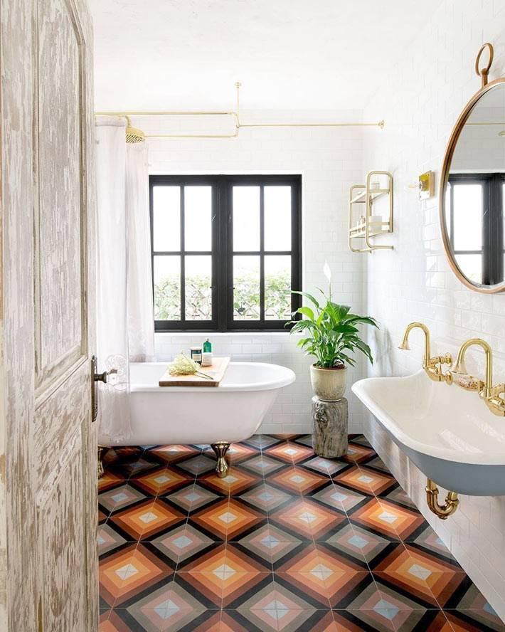 оранжевый кафель на полу в белом интерьере ванной