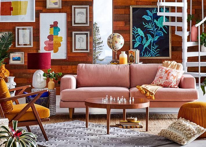 пудрово-розовый диван, круглый журнальный стол