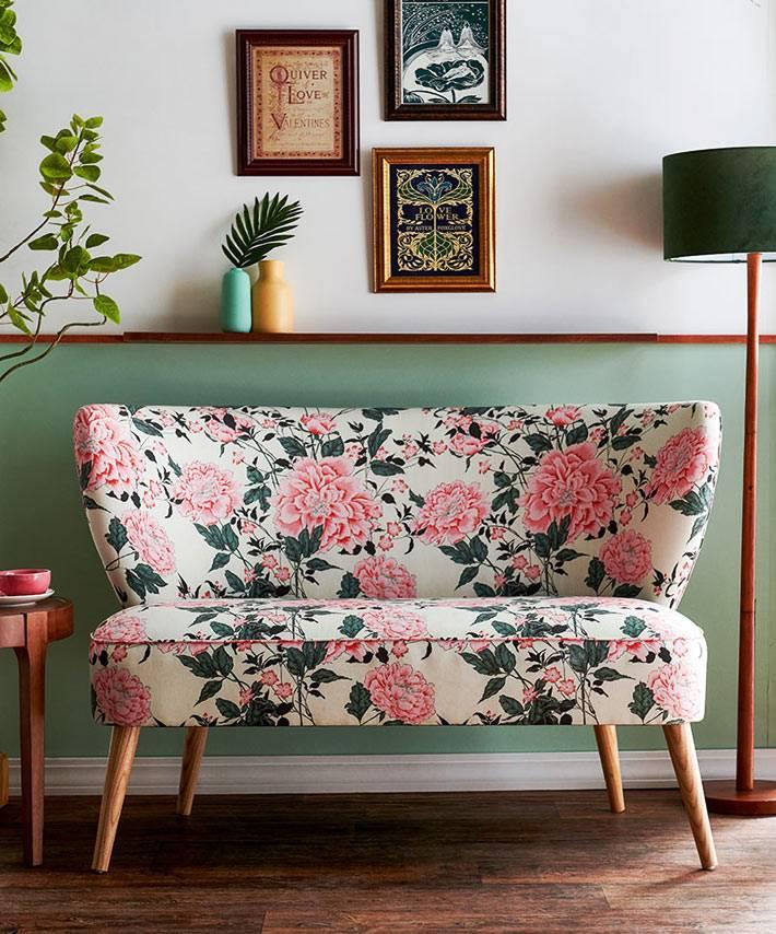 маленький диванчик с обивкой из ткани в цветочек