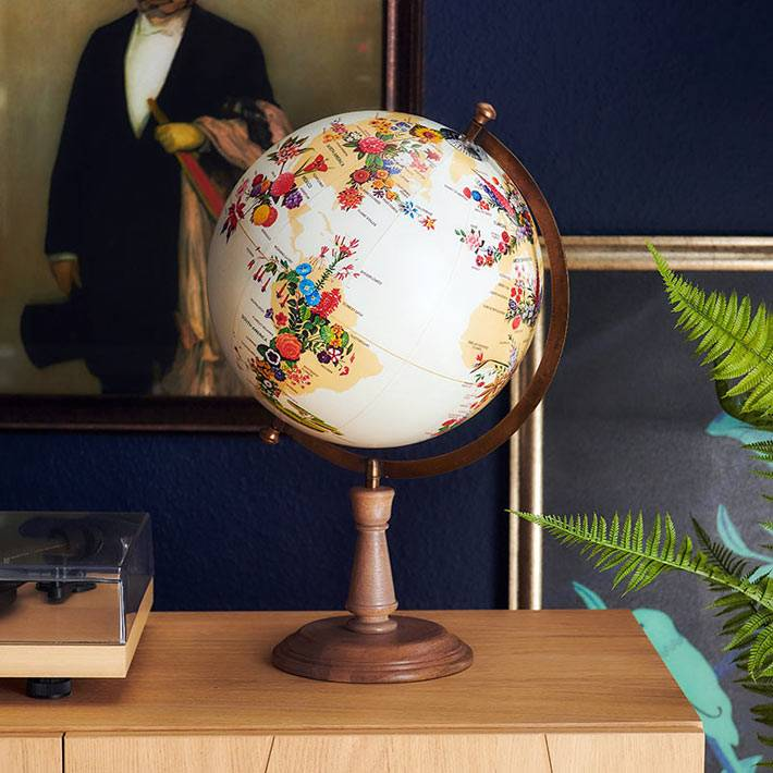 самый красивый глобус, украшенный цветами