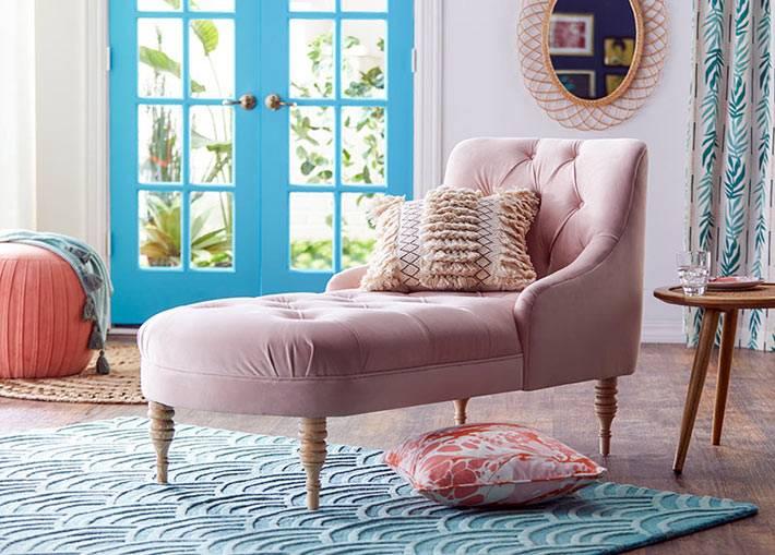 пудрово-розовая козетка с декоративными подушками