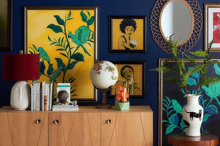 синяя стена как фон для желтых картин и зеркала