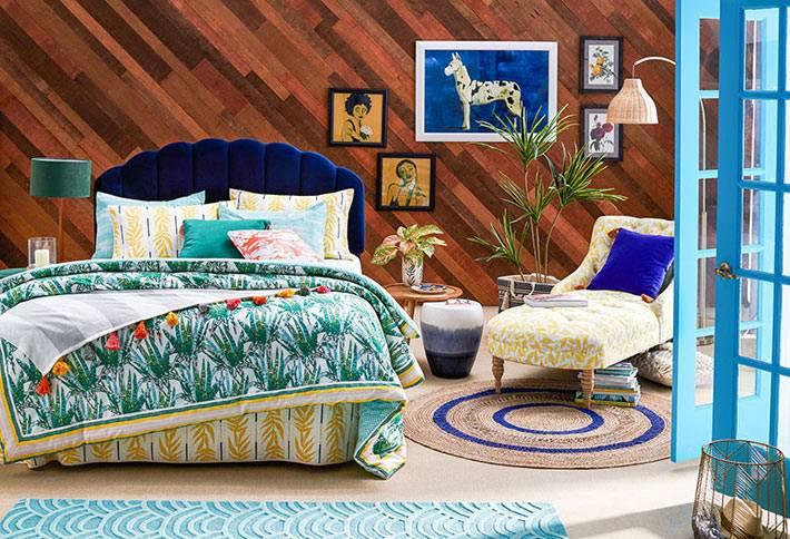 паркетная доска на стене выложена по диагонали в спальне
